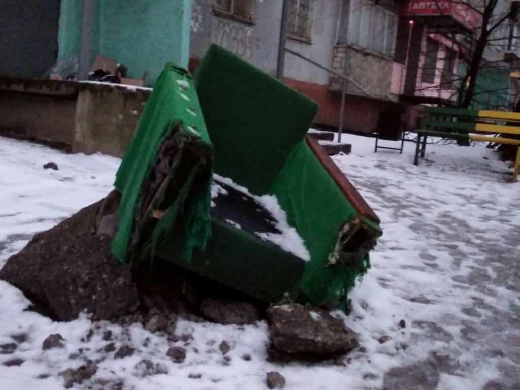 кресло, коммунальный люк, Рыленкова, 19 (instagram.com orlic1995)