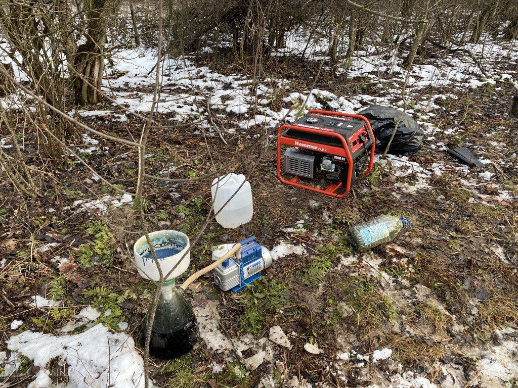 лес, нарколаборатория, бензогенератор (фото пресс-службы УФСБ по Смоленской области)