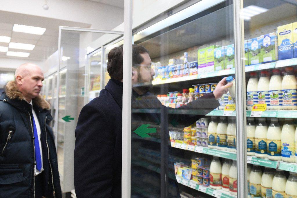 Алексей Островский проверил наличие смоленских товаров в сетевых магазинах