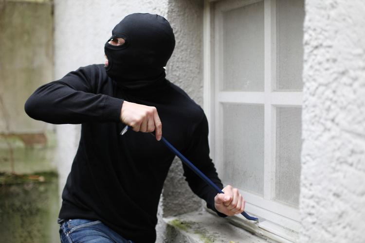 Einbrecher am Kellerfenster