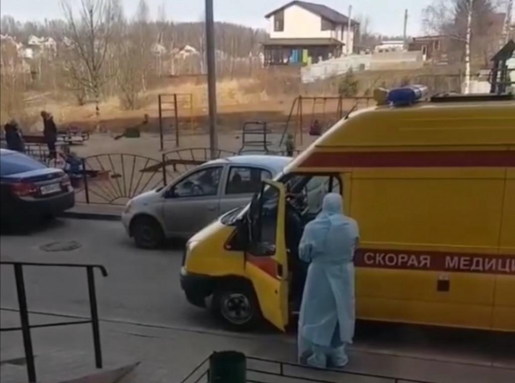 коронавирус, Смоленск, скорая, реанимобиль, медик, санитар, защитный костюм (фото instagram.com podslushanosmolensk)