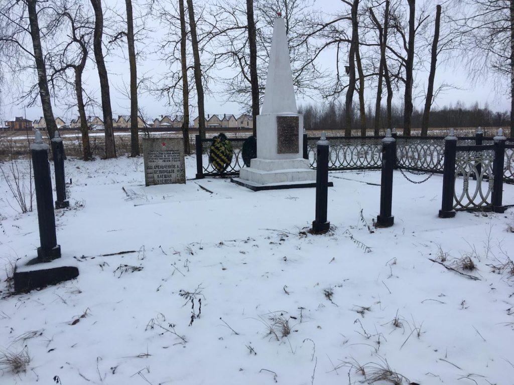 кража ограды и цепей, мемориал, захоронение, Печерск_3 (фото Юрий Янченко)