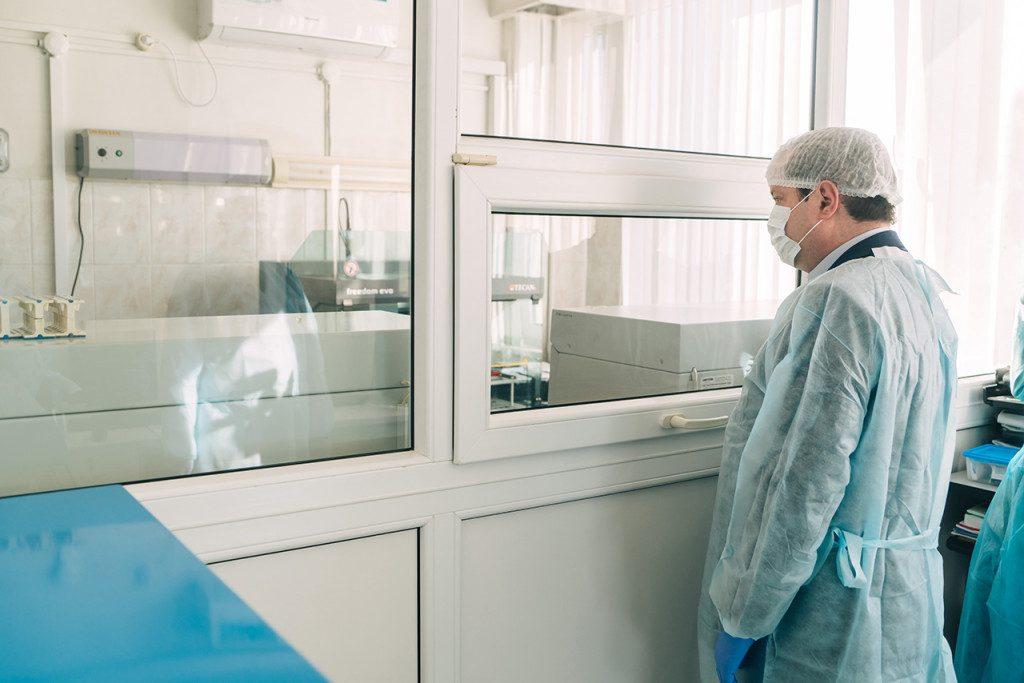 Островский, лаборатория, инфекционный госпиталь для лечения больных коронавирусной инфекцией на базе Клинической больницы № 1 (фото admin-smolensk.ru)