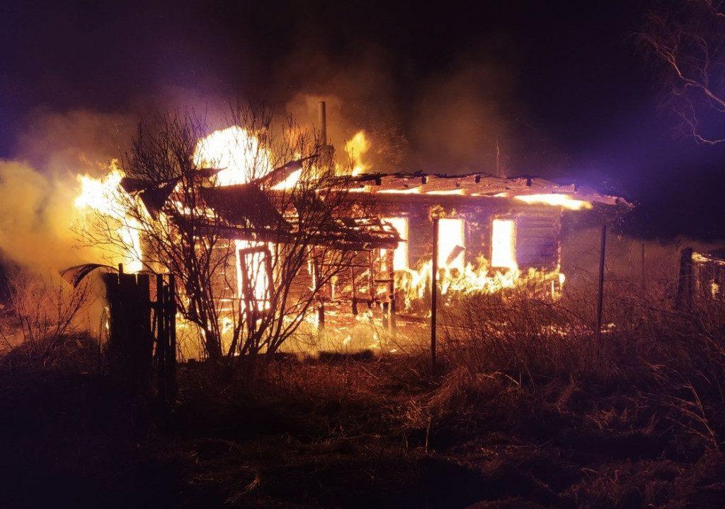 пожар 11.03.2020, жилой дом, сарай, Вышегор, улица Сосновая (фото mchs.gov.ru)