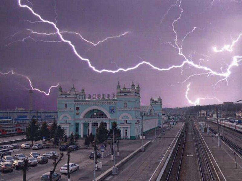 Смоленск, жд вокзал, гроза, молния (иллюстрация vk.com smolenskis)