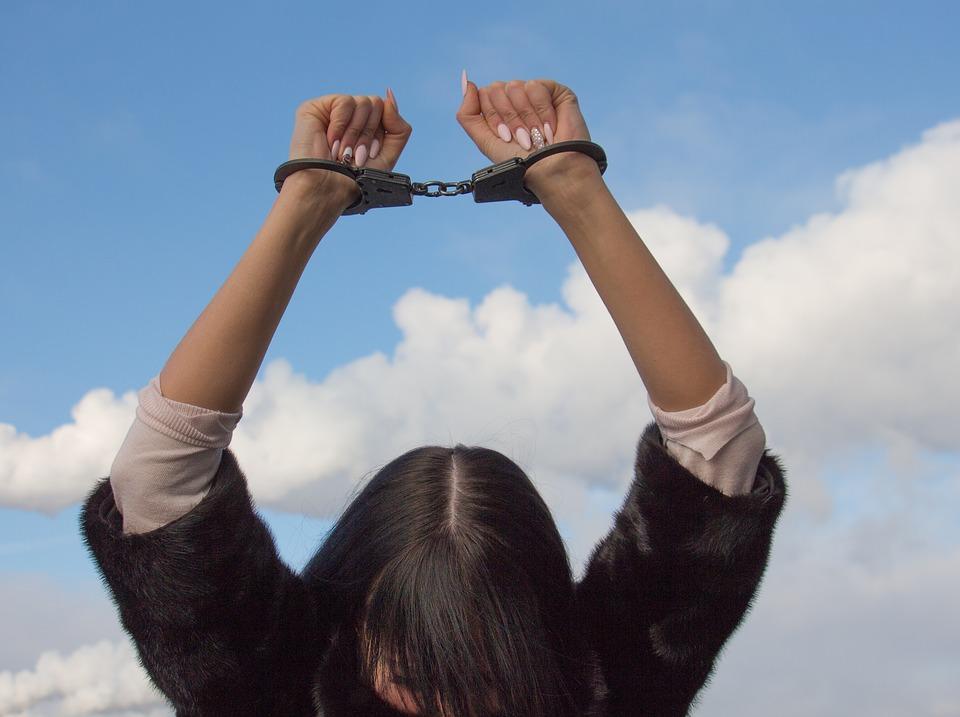 заключение, тюрьма. наручники, женщина