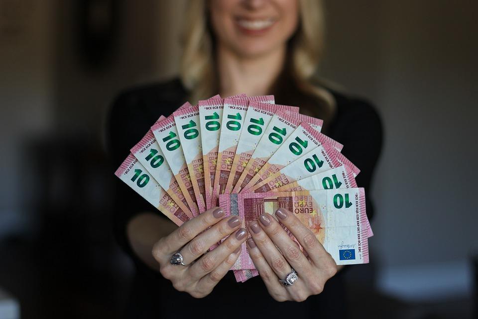 женщина деньги