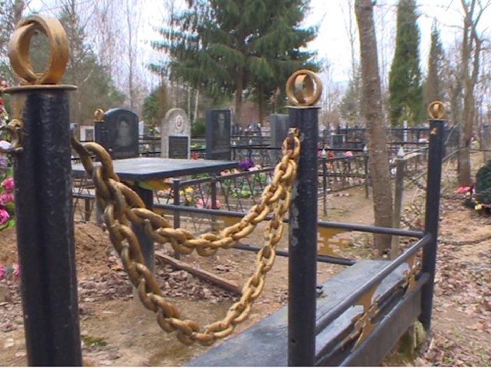 кладбищенские воры, ограда, могила (кадр видео пресс-службу УМВД РФ по Смоленской области)