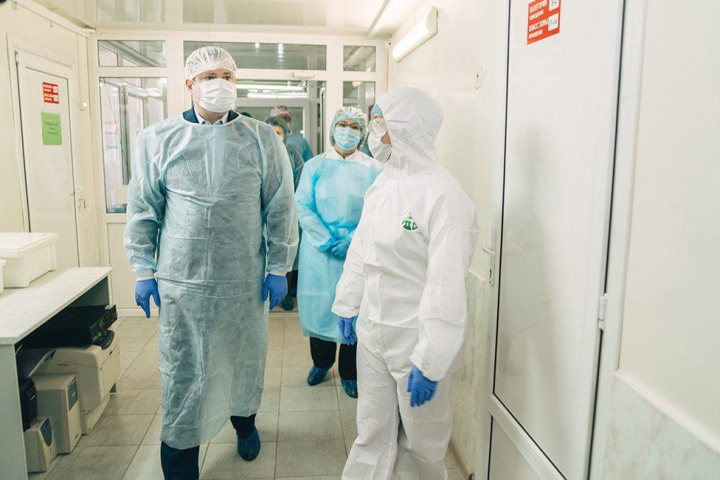 ostrovskij-vrachi-infekczionnyj-gospital-koronavirus-foto-admin-smolensk.ru_