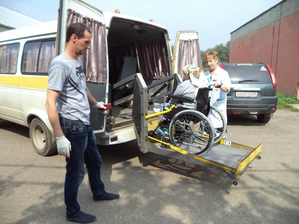 Вяземский дом-интернат для престарелых и инвалидов, социальное такси, инвалидное кресло (фото vyazma-dipi.ru)