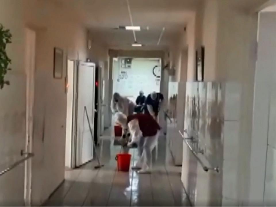 vyazemskij-dom-internat-volontyory-dezinfekcziya-koronavirus-kadr-video-pervogo-kanala