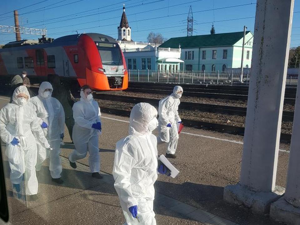 жд вокзал Смоленска, вирусологи, инфекционисты, коронавирус, защитные костюмы (фото instagram.com aleksandrbeliashkin)