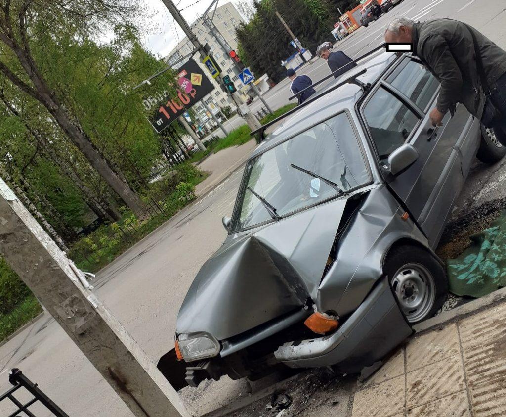 В Смоленске ВАЗ «протаранил» столб на улице Нормандия-Неман