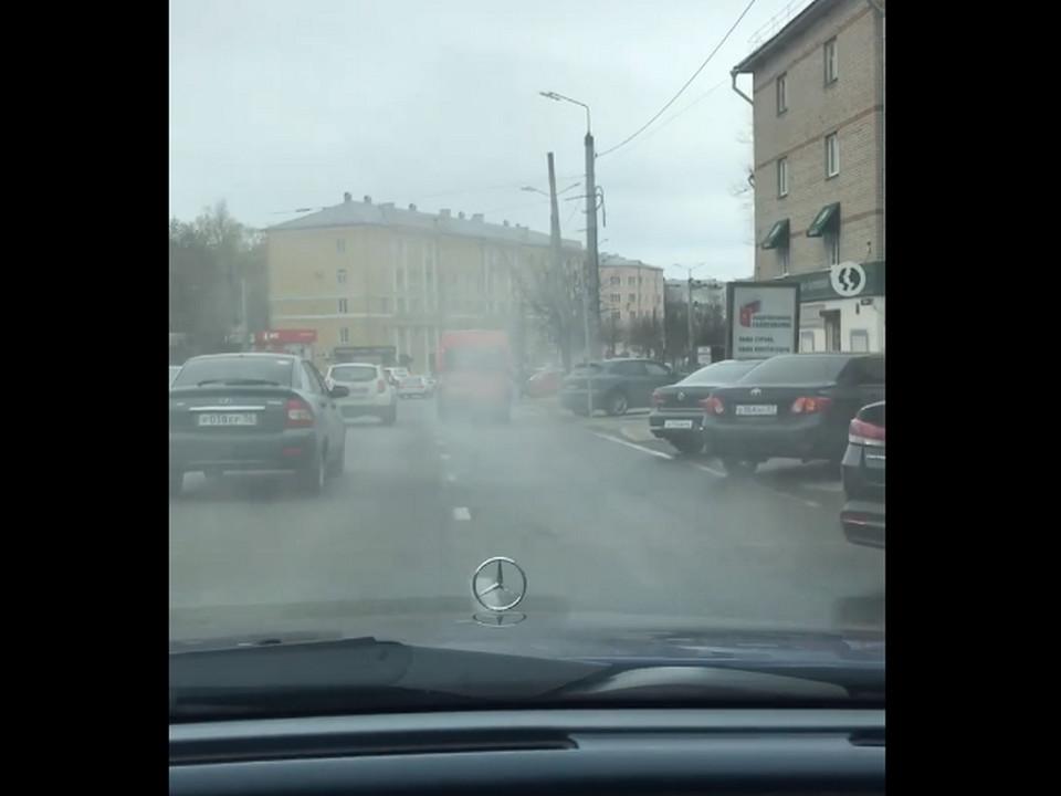 дымящаяся маршрутка 1.05.2020, проспект Гагарина (кадр видео vk.com maik_pr)