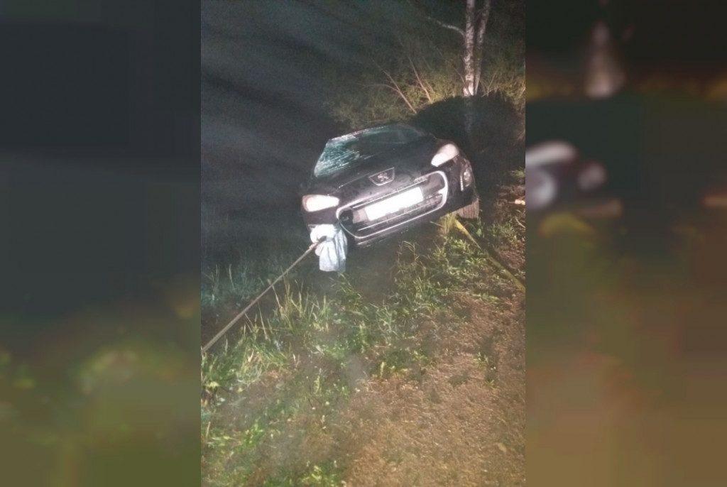 машина упала в водоём