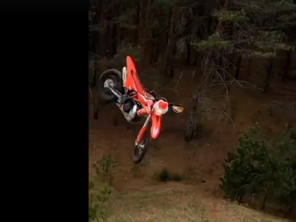 мотоцикл, эндуро, бросок (кадр видео instagram.co dirt_brothers_enduro_club)