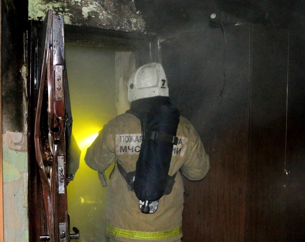 пожар, дверь, квартира (фото 67.mchs.gov.ru)