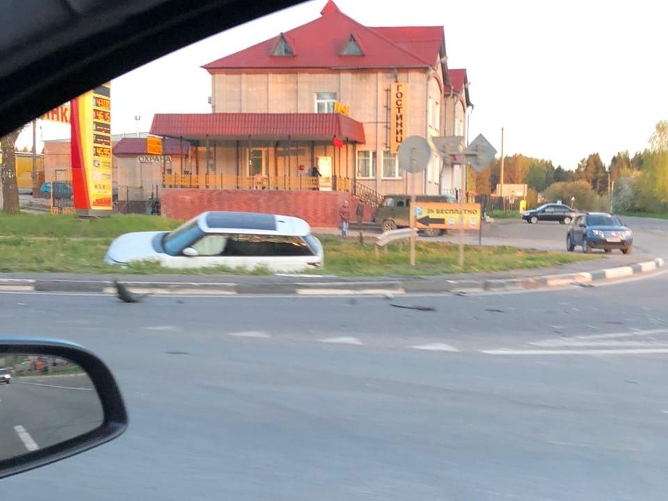 съезд в кювет 15.05.2020, М1, Ярцево, Range Rover (фото vk.com id317771801)