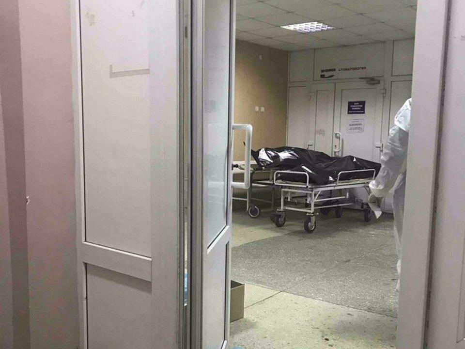 1-я больница Смоленска, приёмная, трупы, каталки (фото twitter.com tonyalekc)