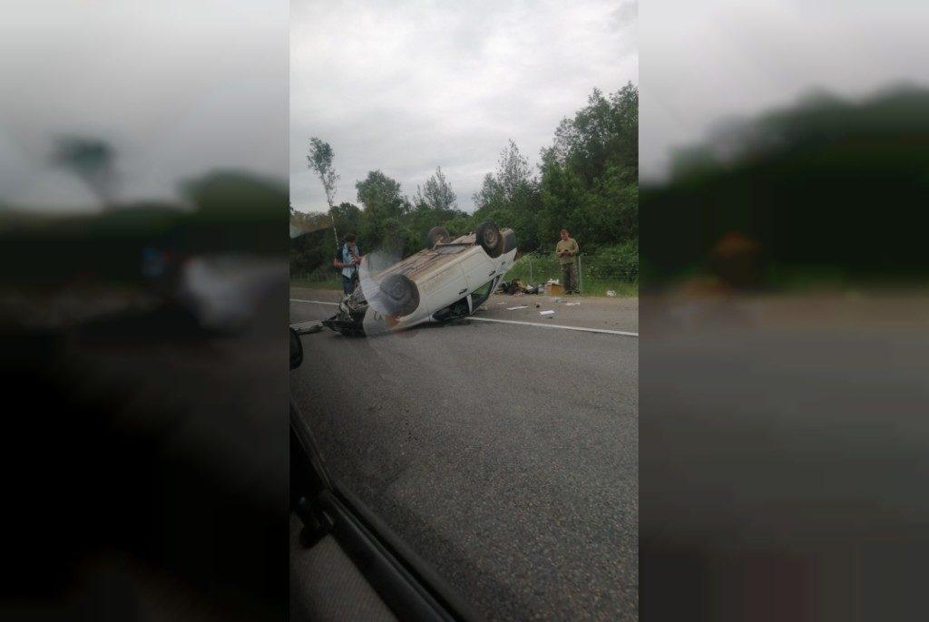 Появилось видео с места ДТП с перевёрнутым авто под Смоленском