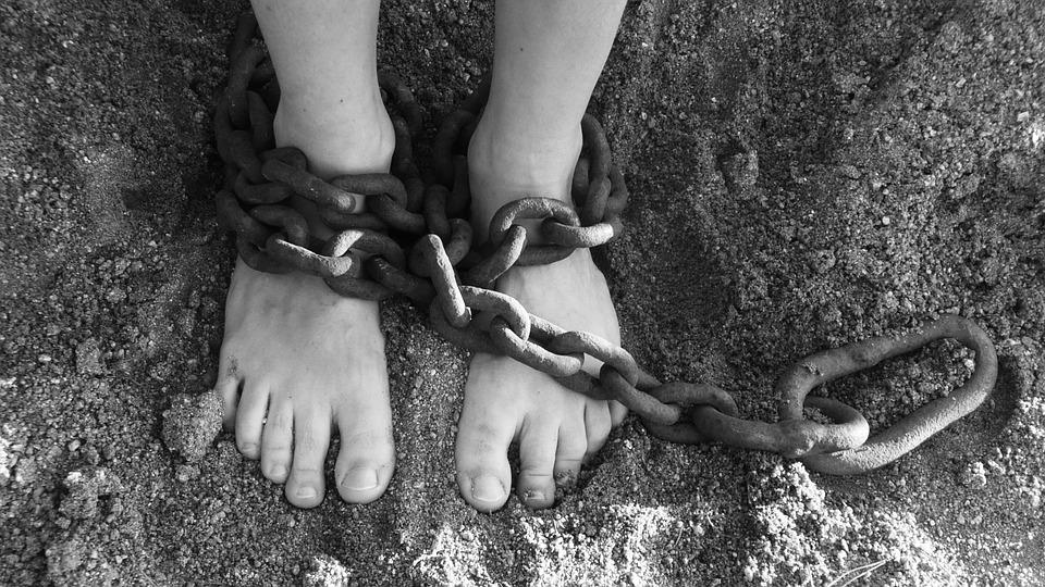 цепи наручники заложница