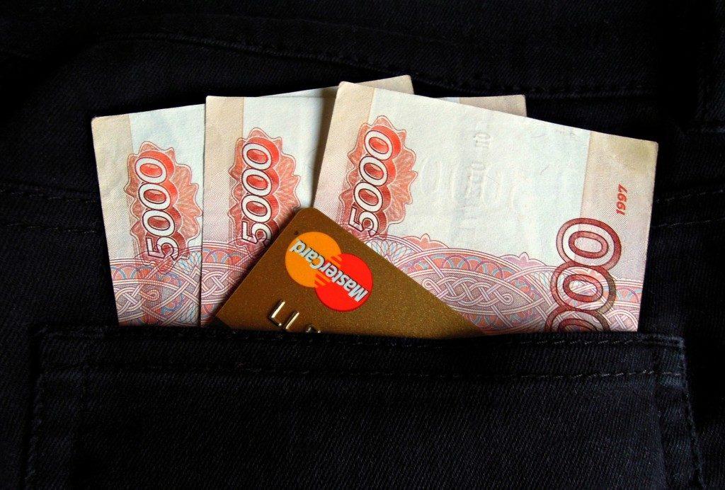 деньги, пятитысячные купюры, банковская карта, карман, зарплата, наличные