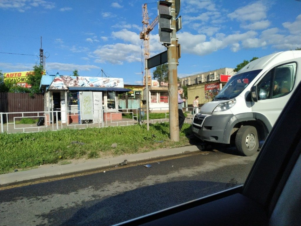 В Смоленске маршрутка «припарковалась» в столб