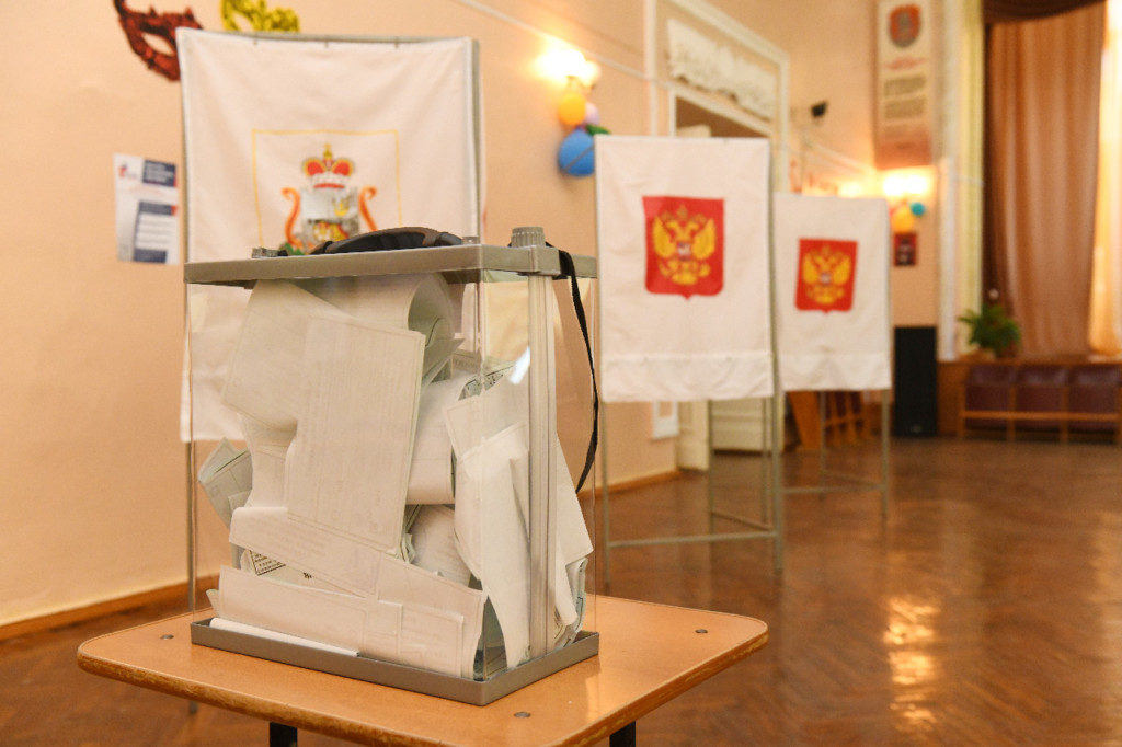 общероссийское голосование по поправкам в Конституцию, кабинки, урна, бюллетени (фото admin-smolensk.ru)