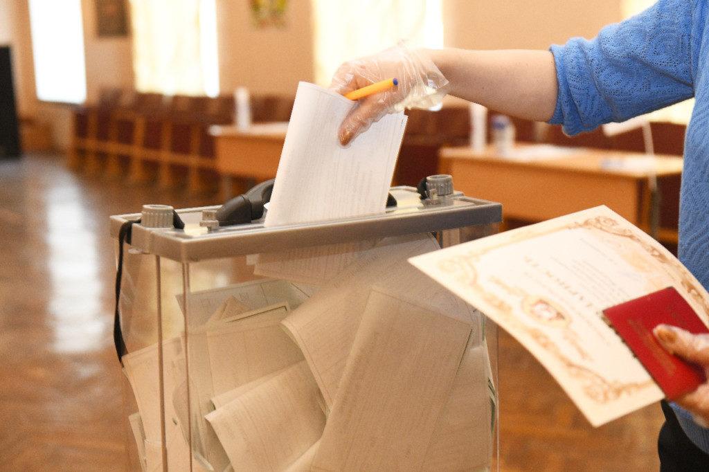 общероссийское голосование по поправкам в Конституцию, профилактика коронавируса, урна, бюллетени (фото admin-smolensk.ru)