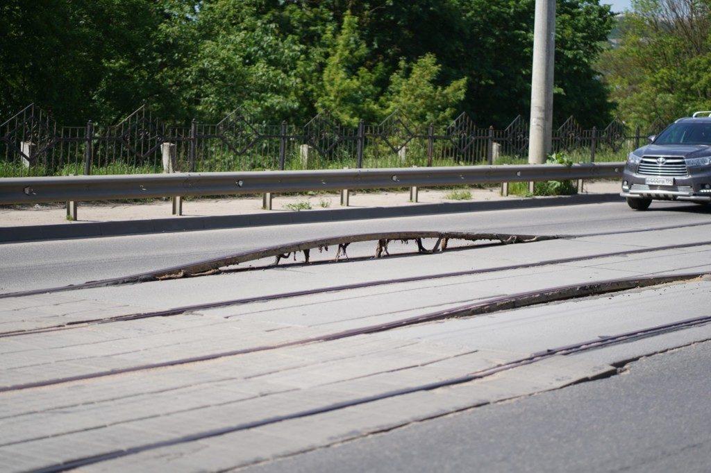 рельсы вздыбились 9.06.2020, Дзержинского, Петропавловский мост (фото vk.com smolensk_transport)