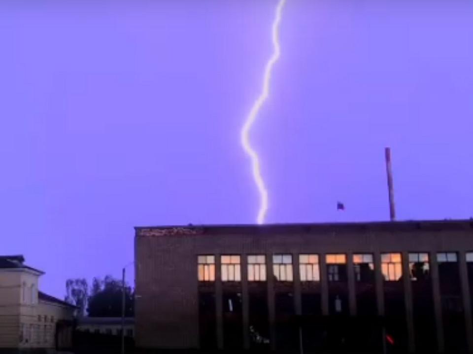 Рославль 19.06.2020, молния, гроза (кадр видео vk.com tvoyabusinka12)