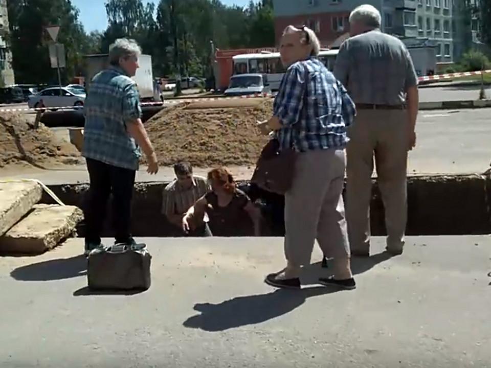 Рославль, 9.06.2020, 17-й микрорайон, женщина провалилась в траншею (кадр видео vk.com roslavl67news)