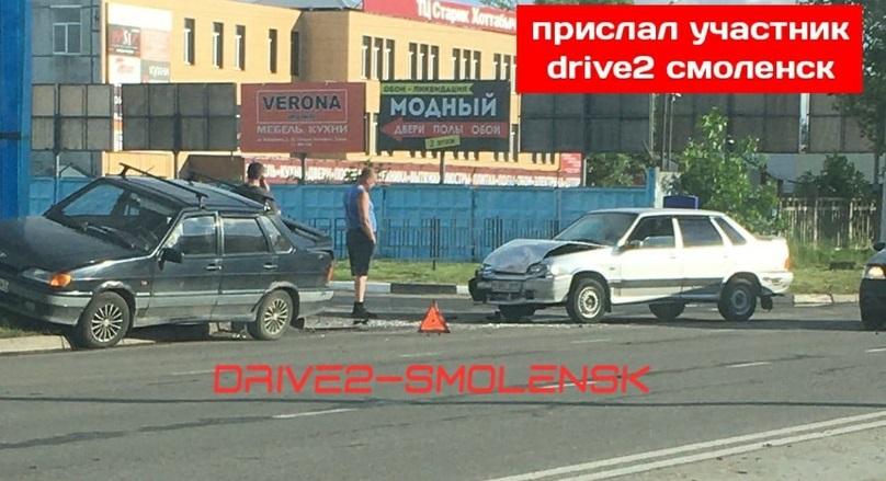 В Смоленске автомобиль вылетел на бордюр после ДТП