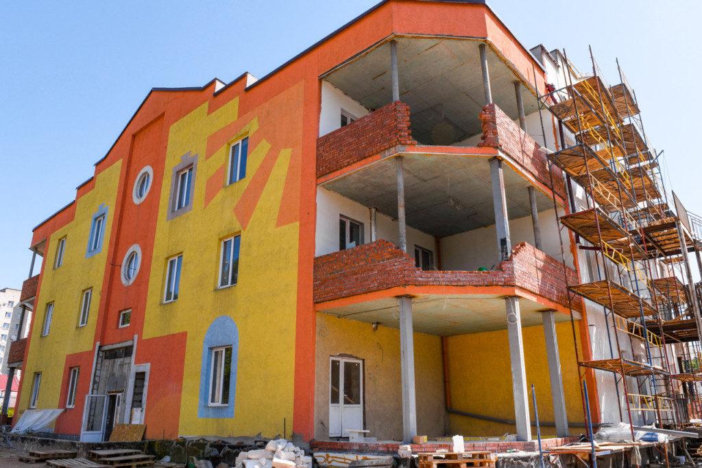 строительство прогимназии для одарённых детей, детсад, июнь 2020 (фото admin-smolensk.ru)