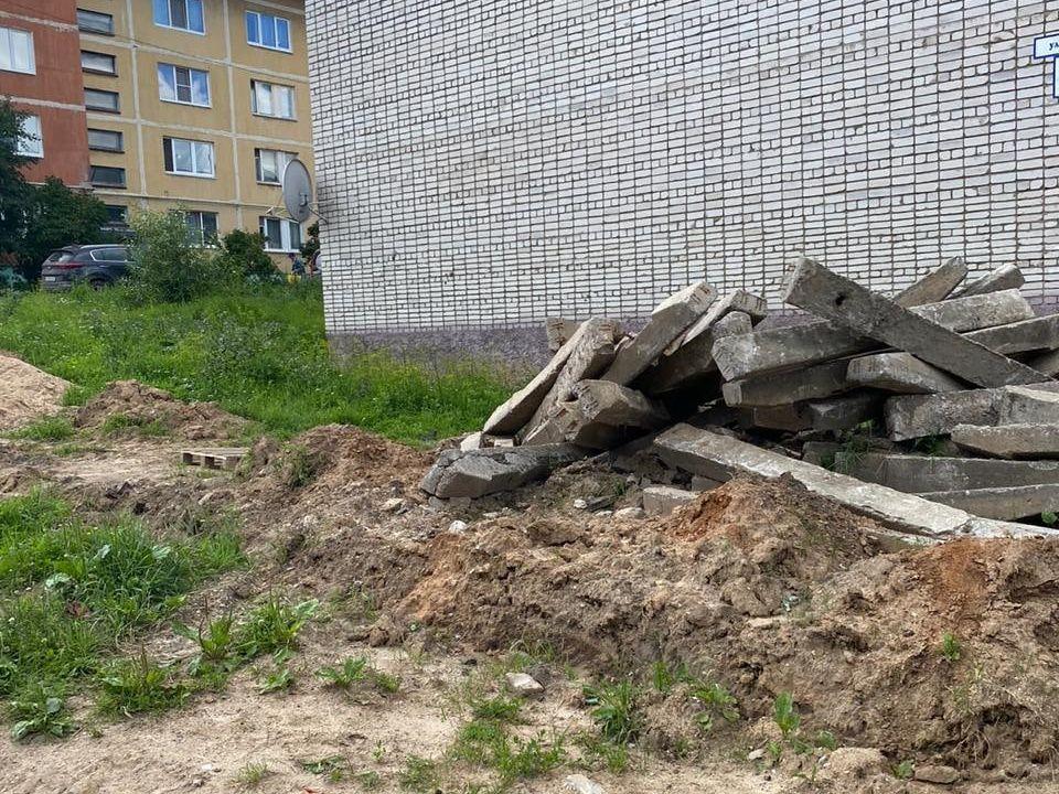 otkrytyj-lyuk-padenie-rebyonka-ulicza-parkovaya-v-vyazme-foto-vk.com-vyazmaprotecttown