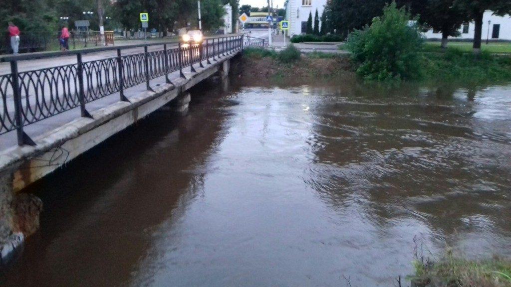 reka-gzhat-vyshla-iz-beregov
