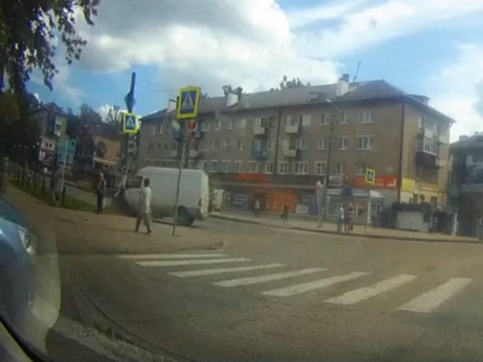 ДТП 22.08.2020, Вязьма, фургон, столб, улица Ефремова (кадр видео vk.com public135810892)