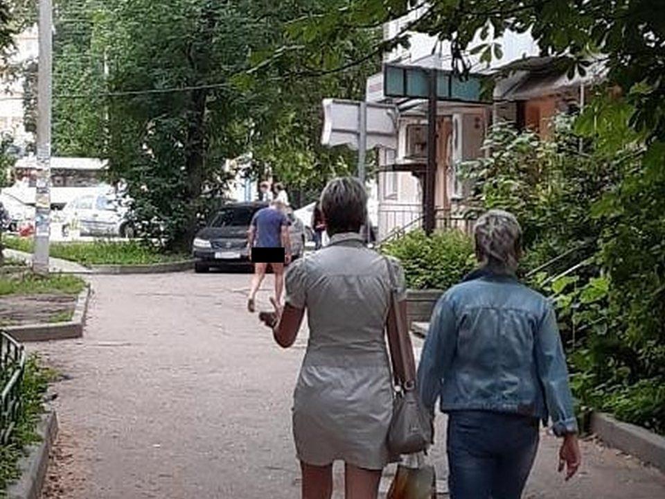 эксгибиционист, полуобнажённый мужчина, улица Кирова (фото instagram.com podslushanosmolensk)