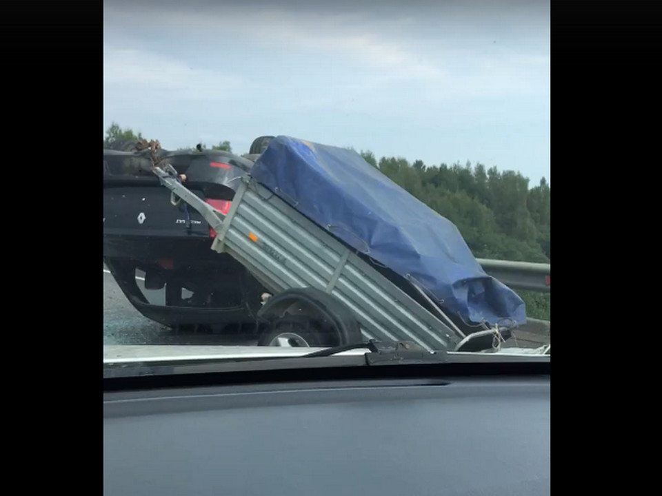 опрокидывание на крышу 30.08.2020 Renault Logan, М1, Смоленский район, прицеп, (кадр видео vk.com battlestation)