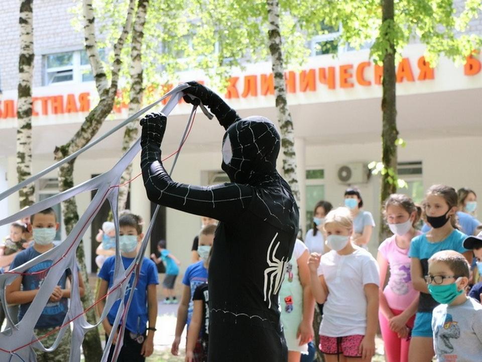 праздник для детей в смоленской областной детской клинической больницы, Человек-паук (фото smolensk.er.ru)