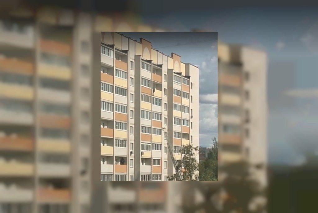 Повис на балконе многоэтажки