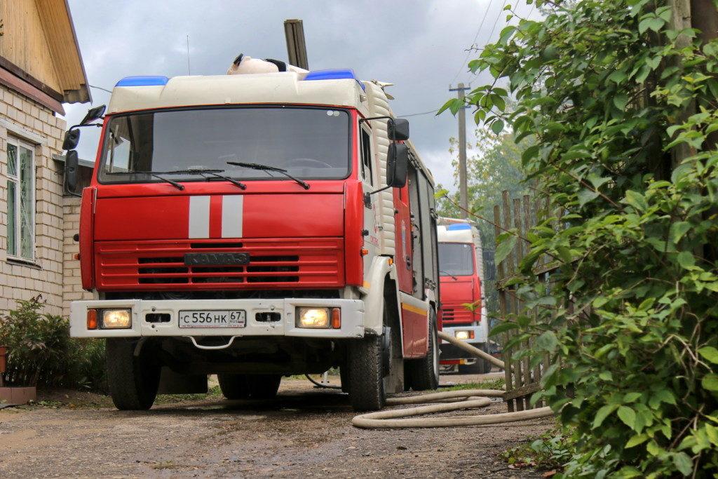 пожар 16.09.2020, барак, Фрунзе, 75а, автоцистерны (фото 67.mchs.gov.ru)