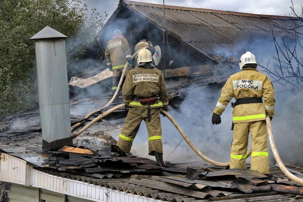 пожар 16.09.2020, барак, Фрунзе, 75а, кровля, частный дом (фото 67.mchs.gov.ru)