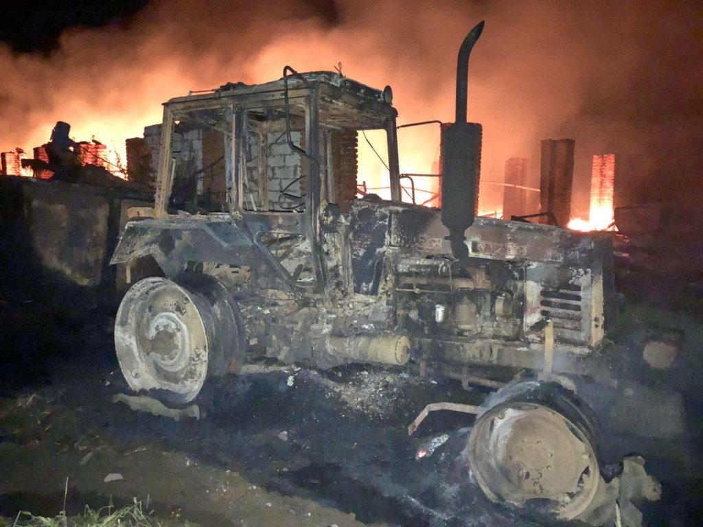 пожар 30.09.2020, трактор, Слободка, поджог (фото 67.mchs.gov.ru)