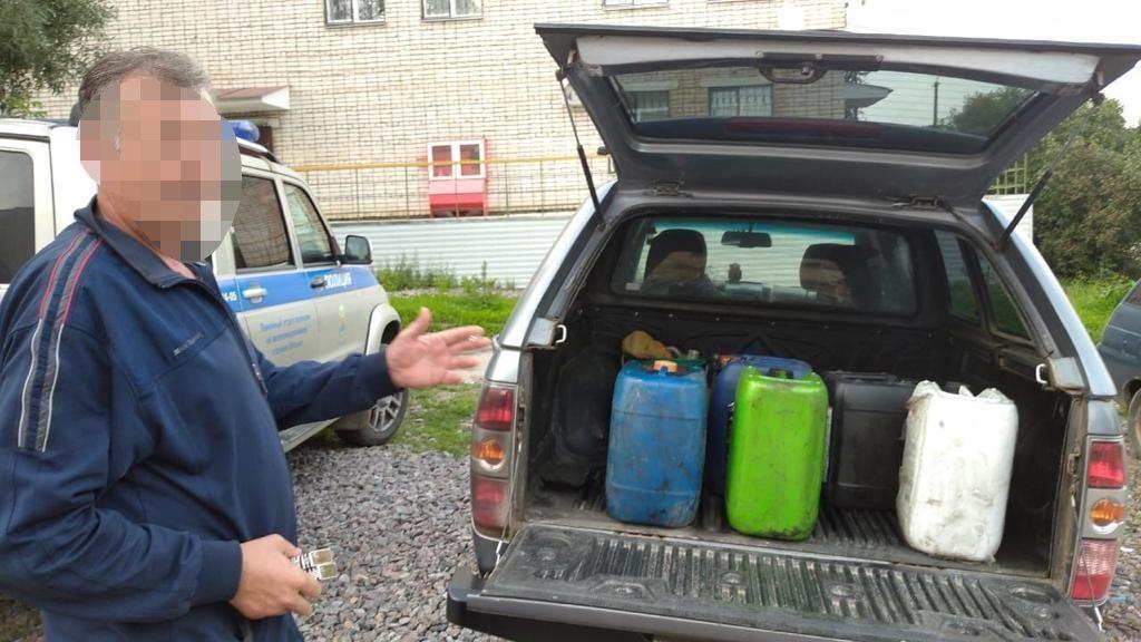 присвоение вверенного имущества, дизельное топливо, железнодорожник, канистры, пикап (фото ЛО МВД России на станции Смоленск)