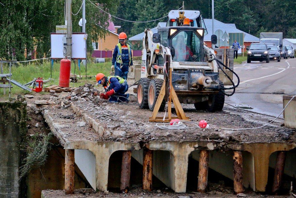 ремонт мостового перехода через паводковый водосброс вблизи Кургана Славы в Десногорске (фото rosenergoatom.ru)