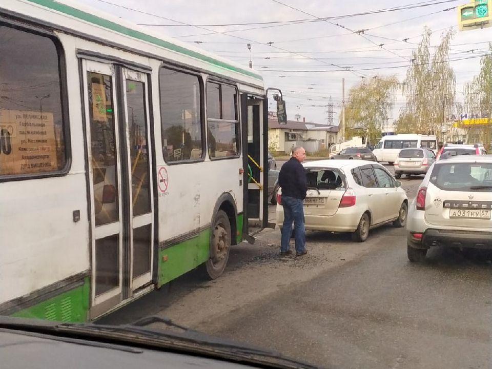 ДТП 23.10.2020, автобус №50, малолитражка, улица Кашена, перекрёсток (фото vk.com aleksej2106)
