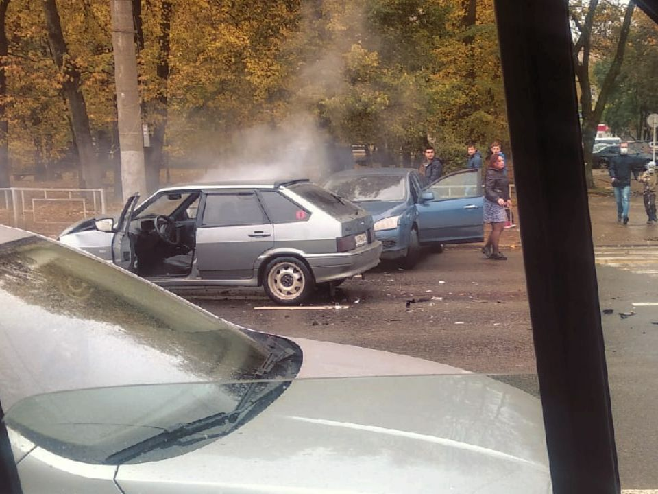 ДТП 9.10.2020 с возгоранием, проспект Гагарина, Lada 114, Ford Focus (фото vk.com smol_garage)