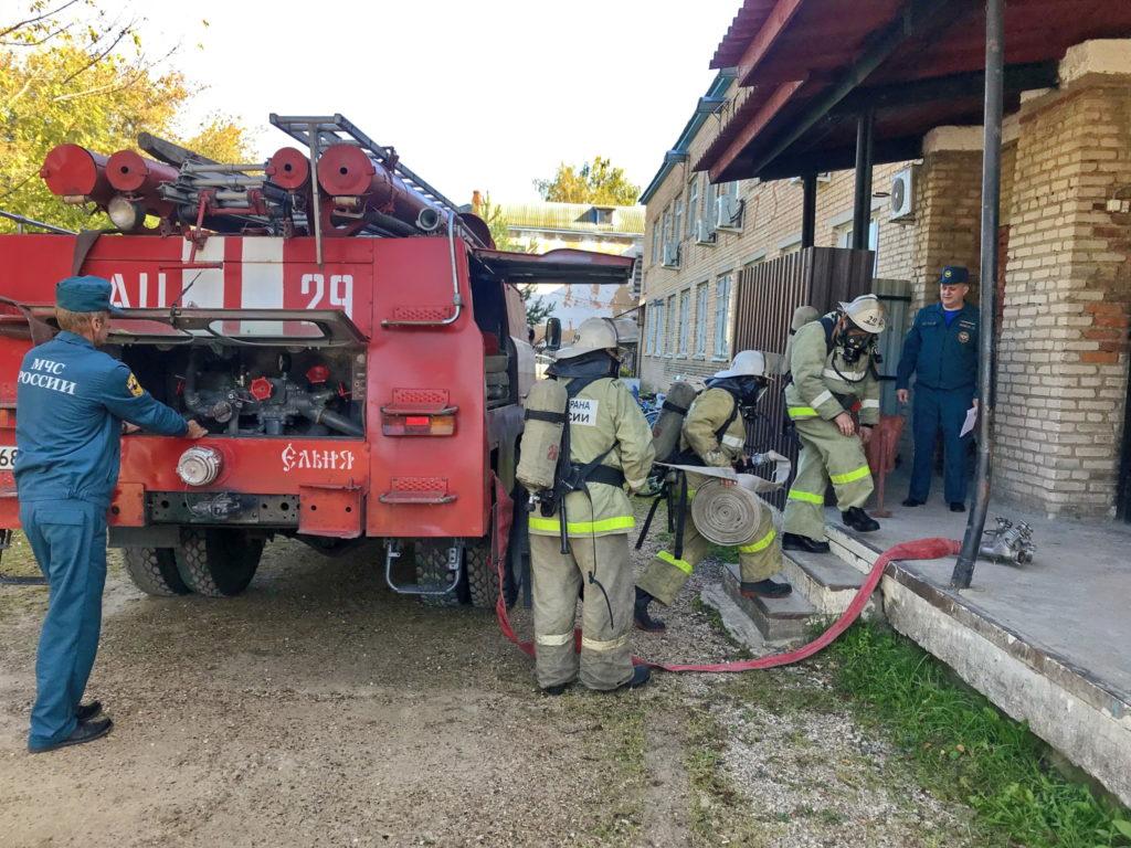 Под Смоленском пожарные эвакуировали швейную фабрику
