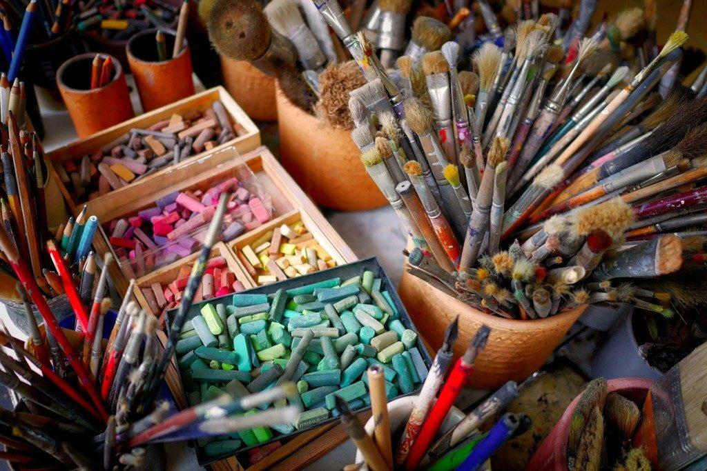 карандаши, кисти, мелки, ИЗО, рисование, художественная мастерская